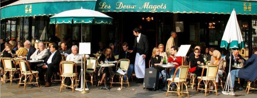 Cafe i Frankrig med gæster. Mon ikke at der er opskrifter med gedeost på menuen?