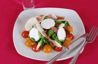 Salat med gedeost, skinke og cherrytomater