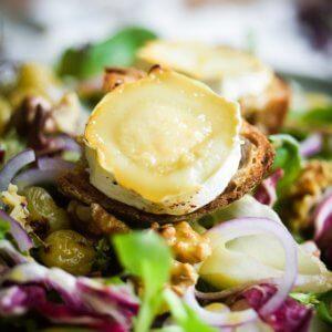 Chevre Chaud, salat med gedeost og bagte vindruer