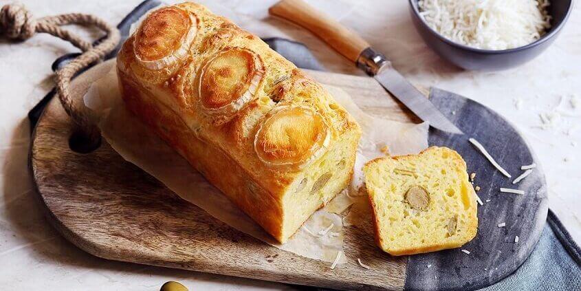 Brød med gedeost og oliven.
