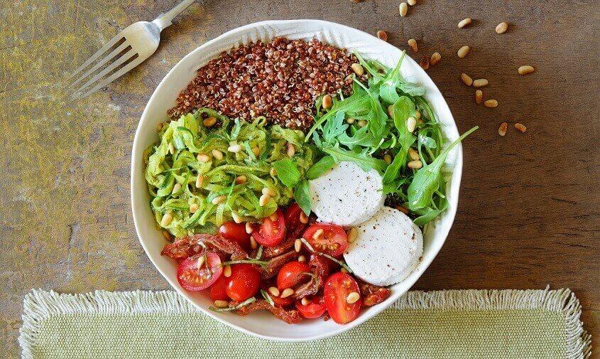 Salat med gedefriskost og squash-spaghetti