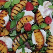 Salat med bær, gedeost og grillede nektariner