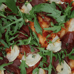 pizza med gedeost og parmaskinke