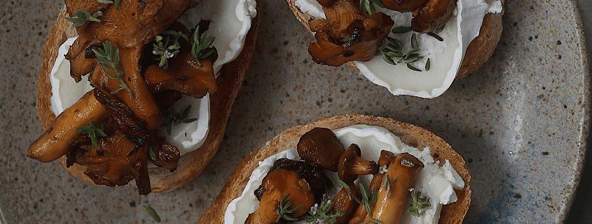 Bruschetta med hvidløg, svampe og gedeost