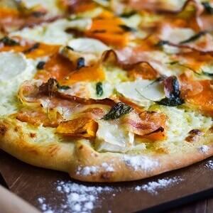 Hvid pizza med mascarpone, gedeost, græskar og pancetta