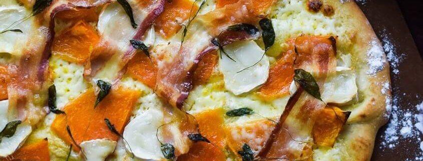 Pizza med gedeost, græskar og pancetta