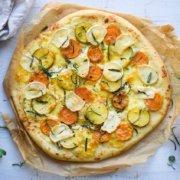 Kartoffelpizza med gedeost og rosmarin