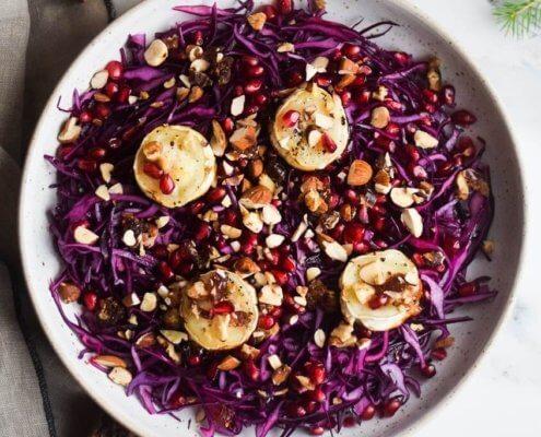 Lækker rødkålssalat med granatæble, nødder og gedeost