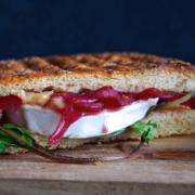 Lækker toast med karamelliserede rødløg og gedeost