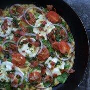 Æggekage med spinat, bacon og gedeost